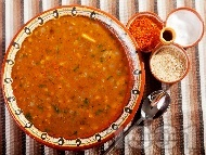 Рецепта Вкусна класическа супа / чорба от леща с лук, моркови и чесън със запръжка от брашно и червен пипер